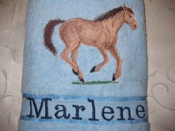 Badetuch Name + Pferde 05 Motiv bestickt Stickerei